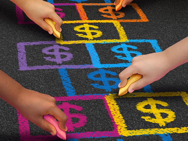 Jeu de marelle où les chiffres sont remplacés par des signes de dollar, et des mains d'enfants dessinant avec des craies de couleur.