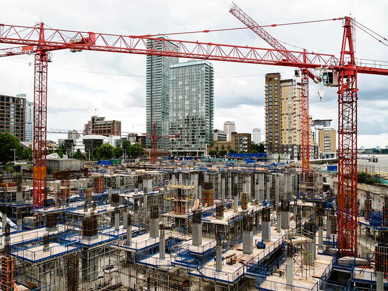 Chantier de construction dans une ville moderne.