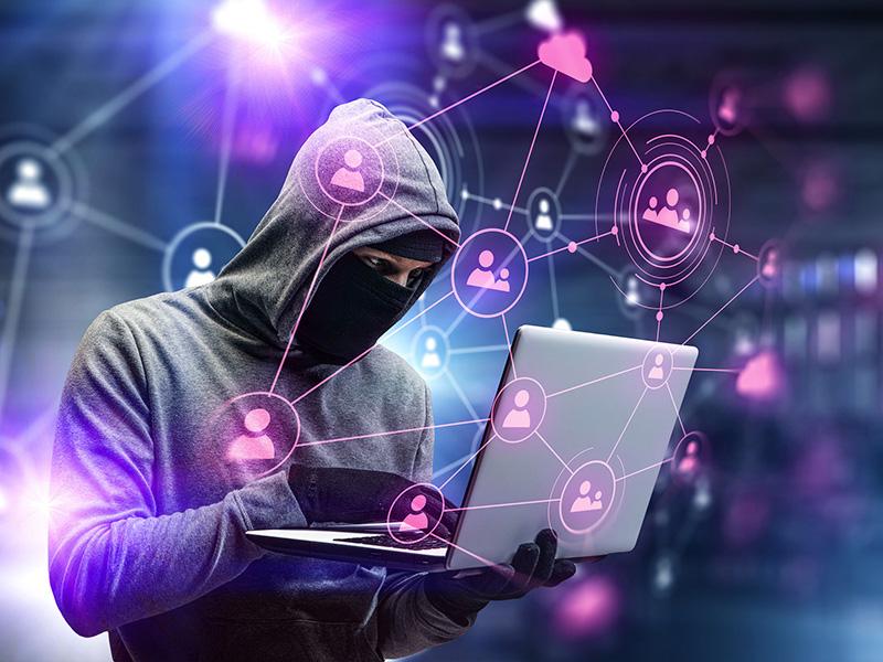 Pirate informatique opérant sur un ordinateur portable.