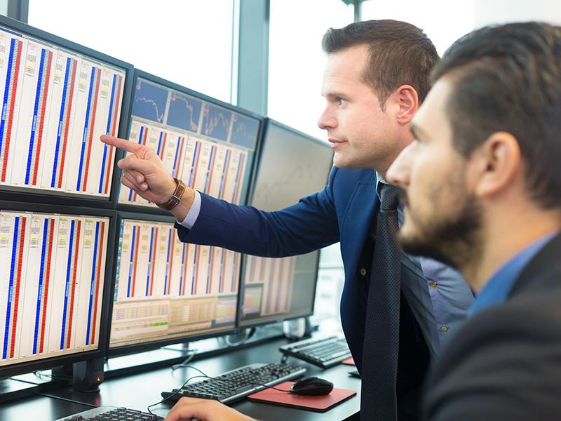 Opérateurs en Bourse analysant des données.