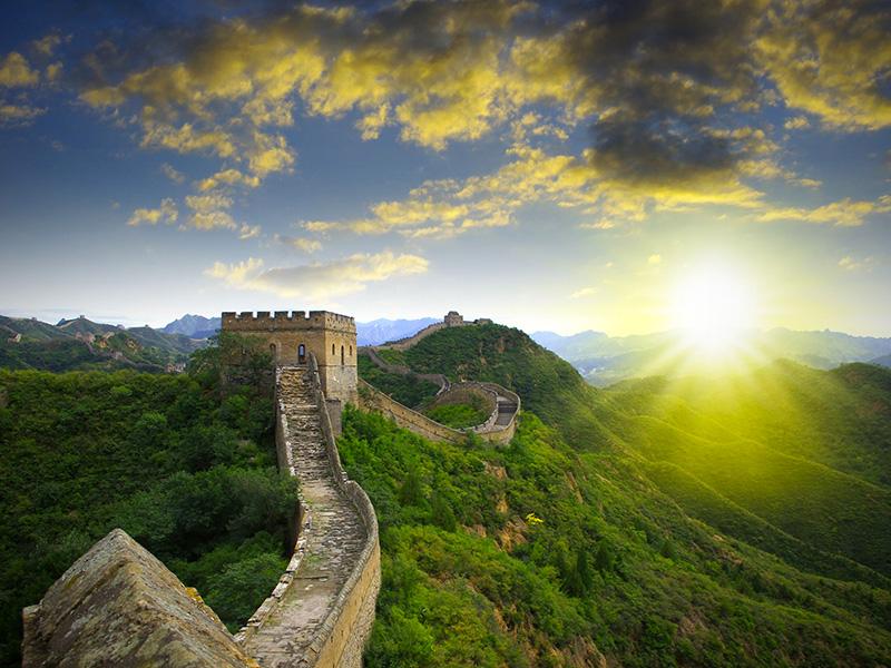 Soleil se levant sur la Grande Muraille de Chine.