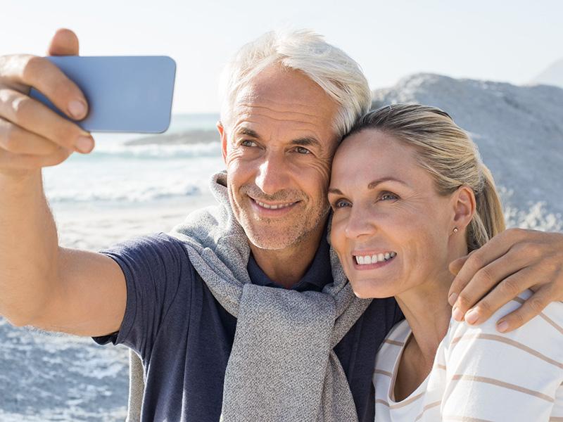 Couple mature se prenant en selfie.