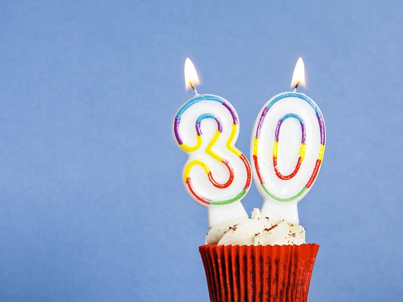 """Cupcake avec chandelles """"30 ans""""."""