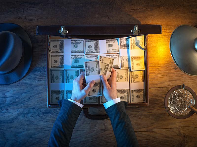 Valise remplie de billets de banque.
