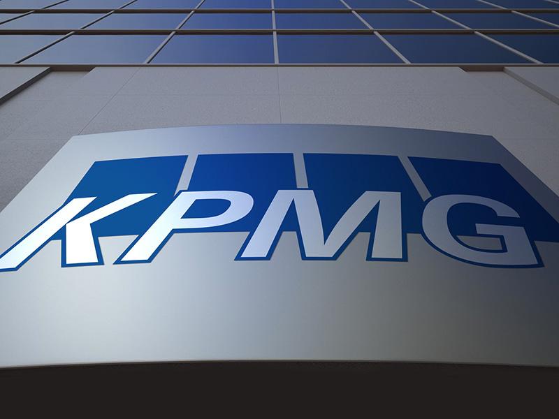Logo de la firme KPMG sur un gratte-ciel.