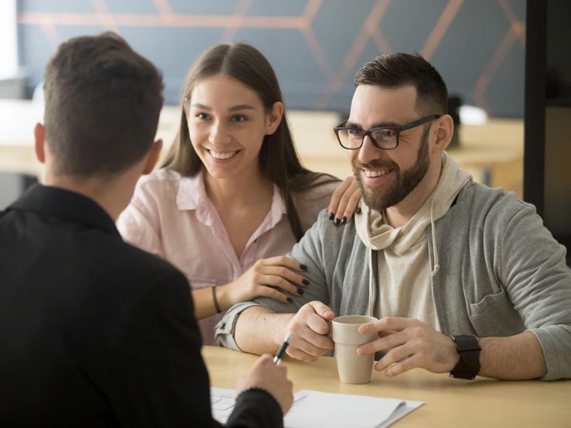 Jeune couple rencontrant un conseiller.