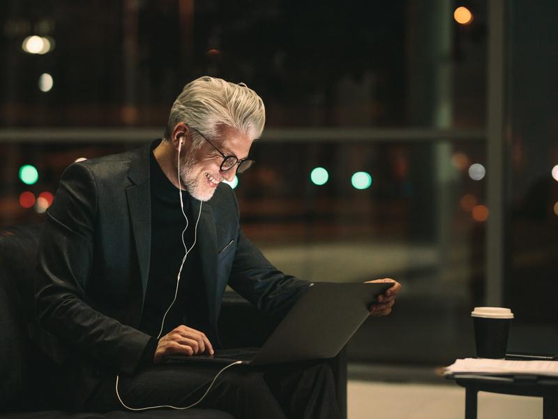 Un homme d'affaire dans un client skypant avec un client.