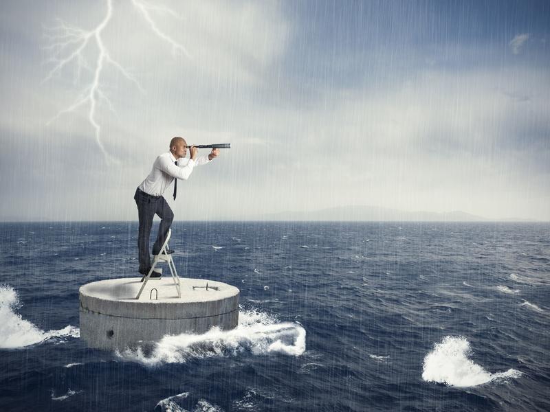 Un homme d'affaire sur un sous-marin au milieu d'une mer en tempête. Il regarde au loin avec une longue vue.