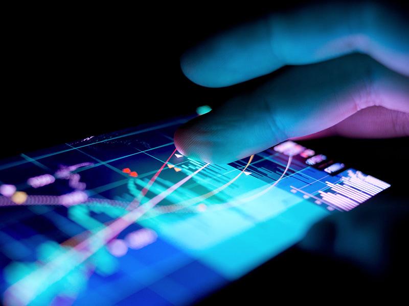 Graphique de marché boursier sur un téléphone intelligent.