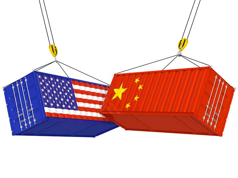 Impact entre deux conteneurs, l'un paré du drapeau américain, l'autre du drapeau chinois.