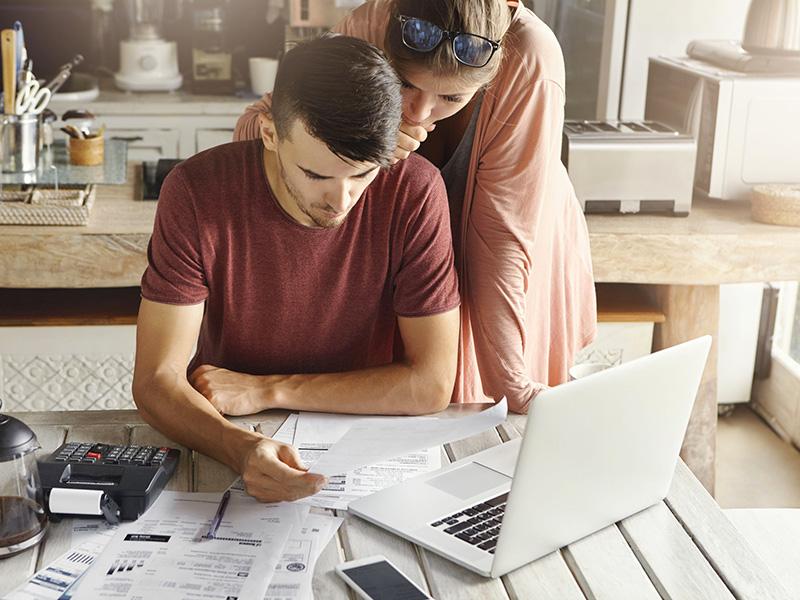 Jeune couple examinant ses finances.