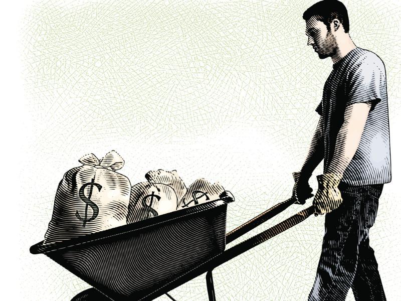 Un homme qui pousse une brouette pleine de sacs d'argent.
