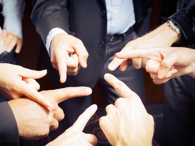 Des gens se pointent du doigt