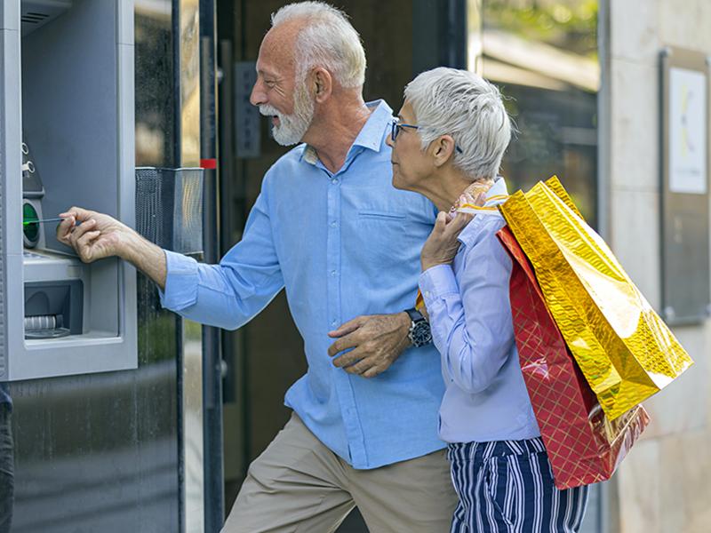 Couple d'aînés au guichet automatique