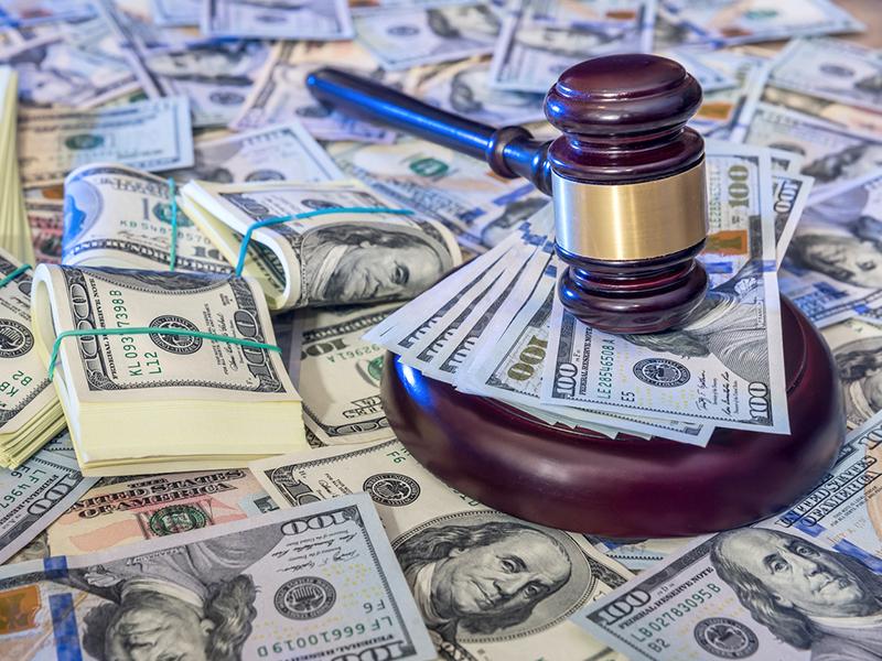 maillet de juge et argent américain