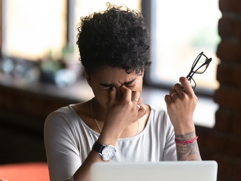 femme stressée devant son écran