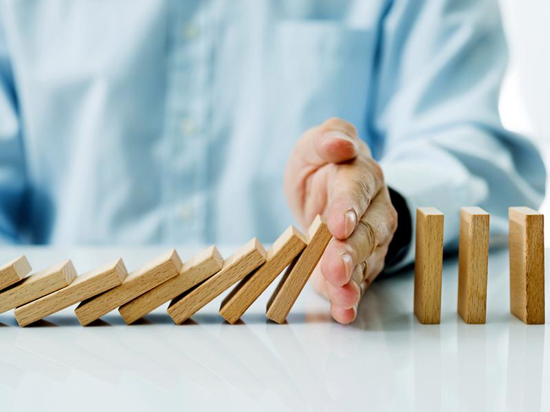 Une main et des dominos
