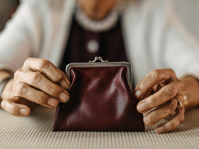 Une dame tient son porte-monnaie