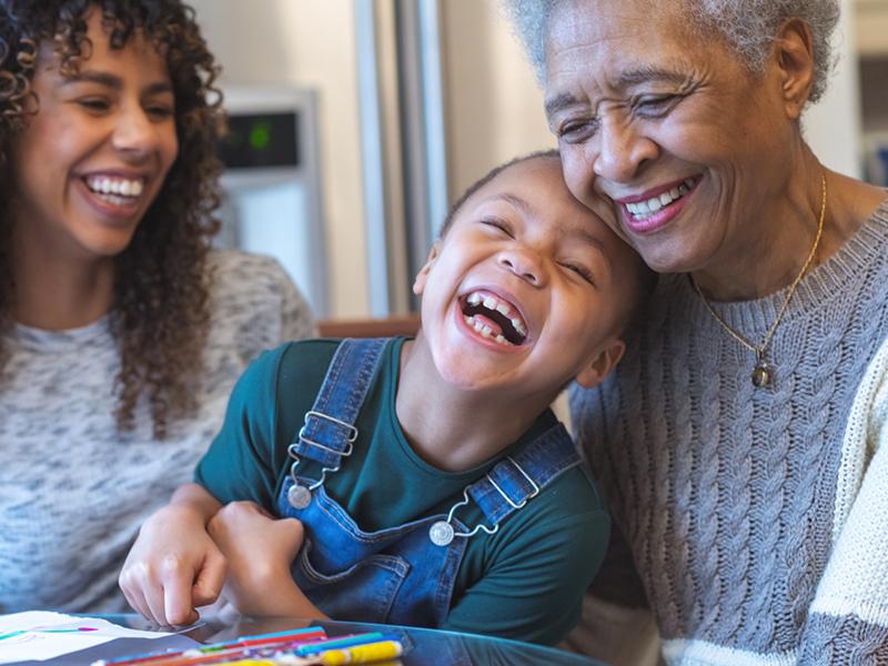 La grand-mère, la mère et l'enfant s'amusent.