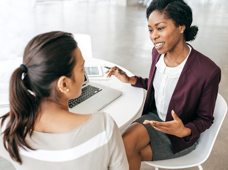Une conseillère discute avec une cliente.