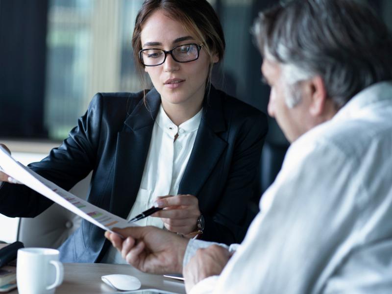 Une avocate qui explique un document à un client.
