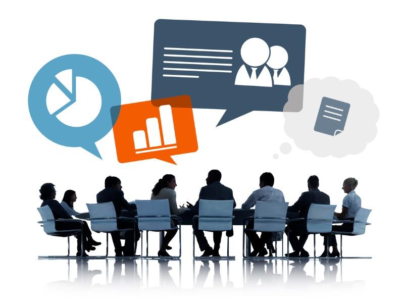 Plusieurs silhouette d'hommes et de femmes d'affaire à une table de conseil.