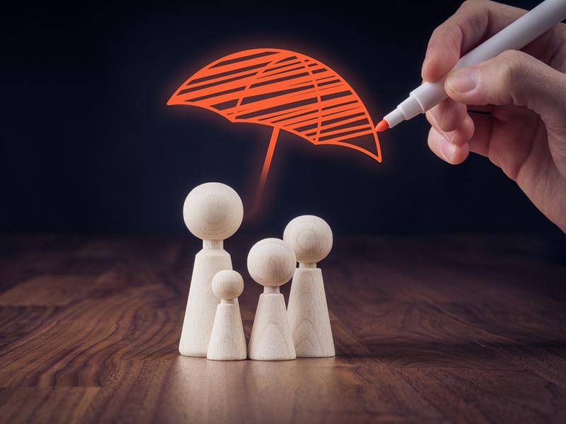 Famille sous un parapluie rouge