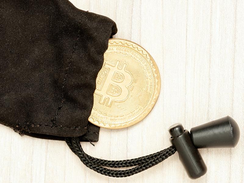 Bitcoin dans un sac noir.