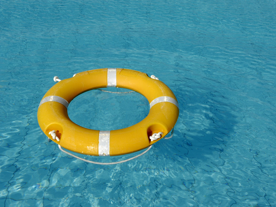 Bouée jaune dans une piscine