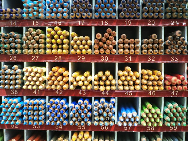 Crayons de couleurs répartis dans des cases.