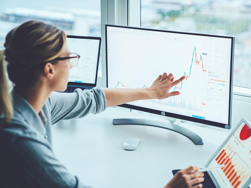 Femme analysant le marché.