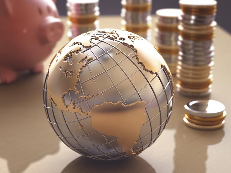 Globe terrestre entouré de pièces de monnaie.