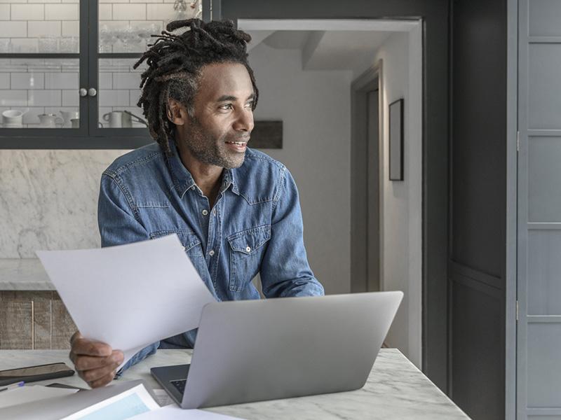 Entrepreneur confiant regardant au loin.