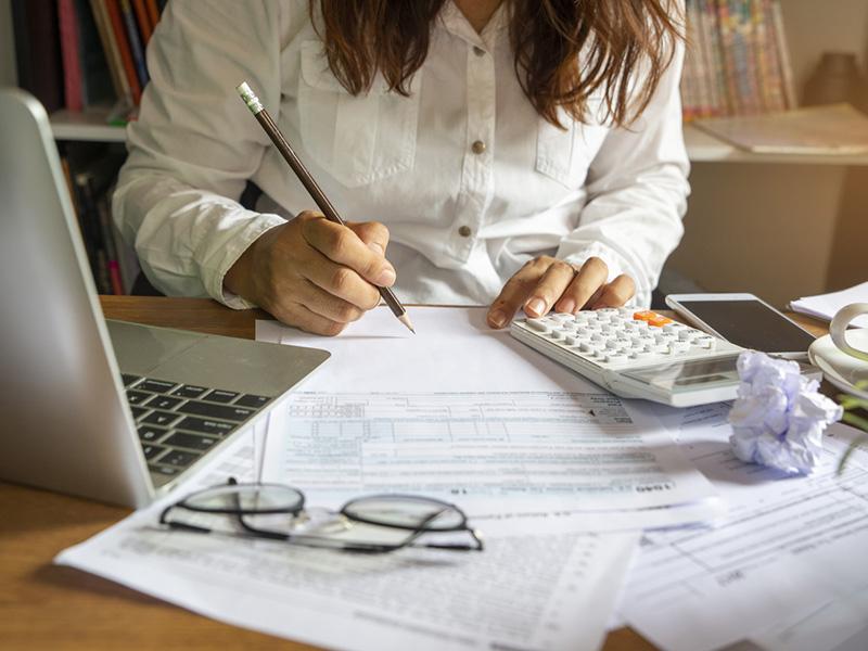 Femme effectuant un travail de comptabilité.