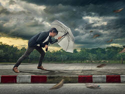 Un homme d'affaires affronte une tempête
