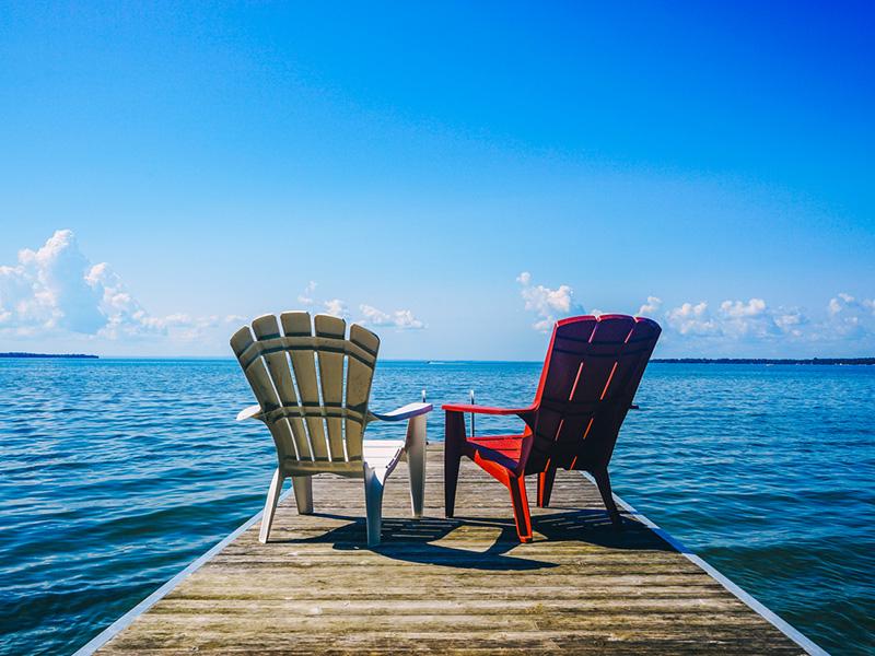 Chaises sur un quai