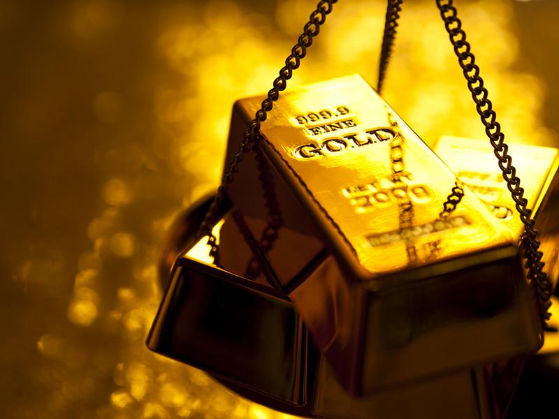 Lingots d'or dans une pesée