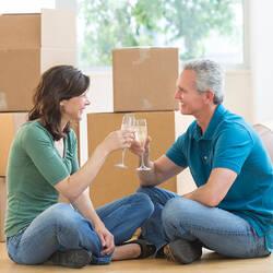 Couple cinquantenaire qui achète une maison.