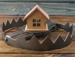 Maison dans un piège de métal.