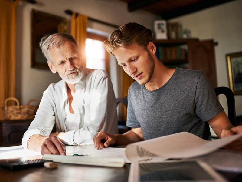 Jeune homme et son père