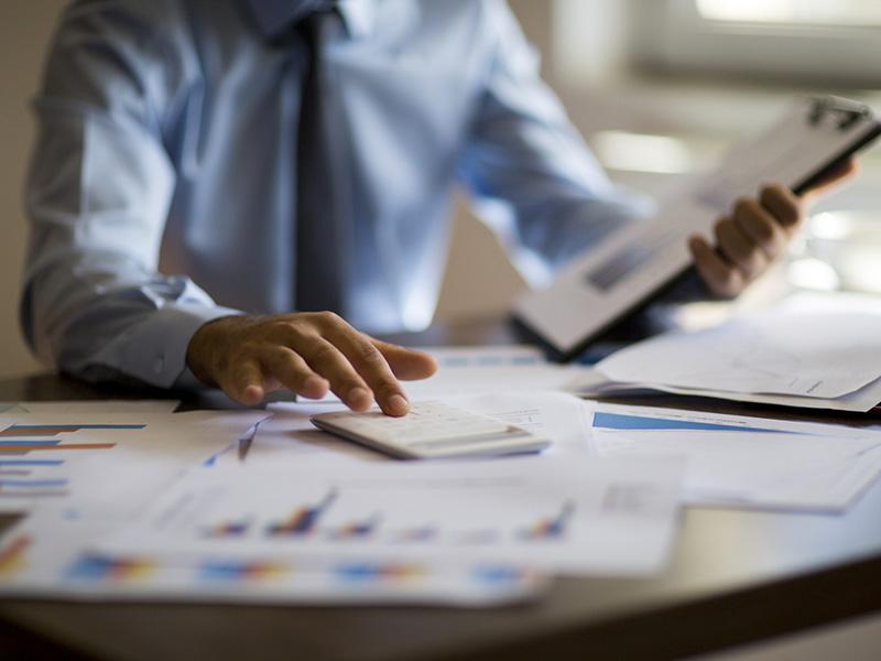 Homme effectuant un travail comptable.
