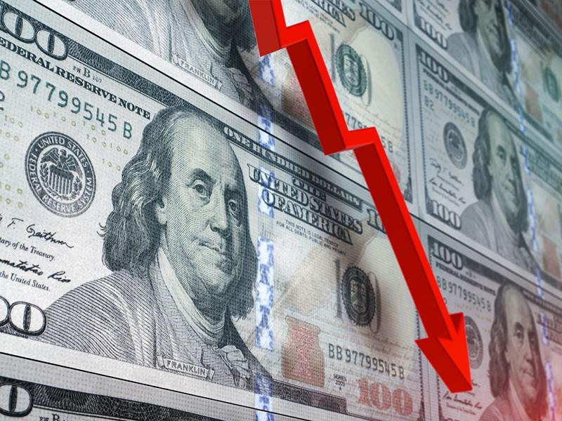 Billets de 100 dollars américains et flèche rouge pointant vers le bas.