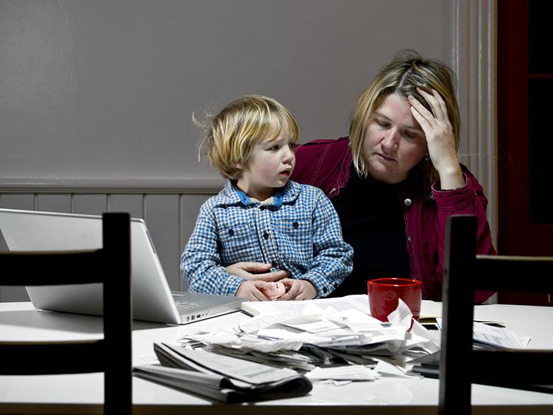 Une mère en télétravail, et son jeune enfant.