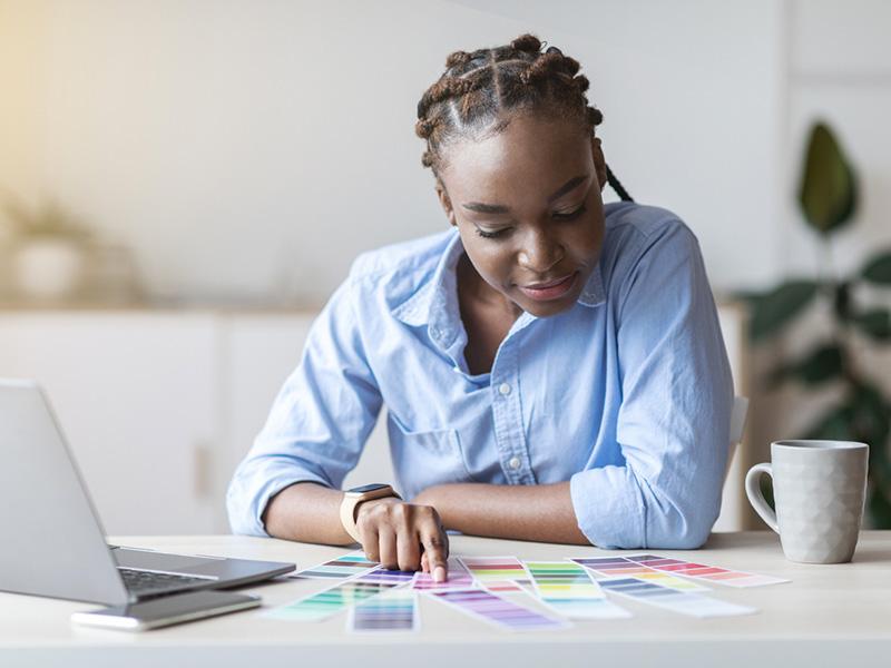 Femme étudiant une palette de couleurs