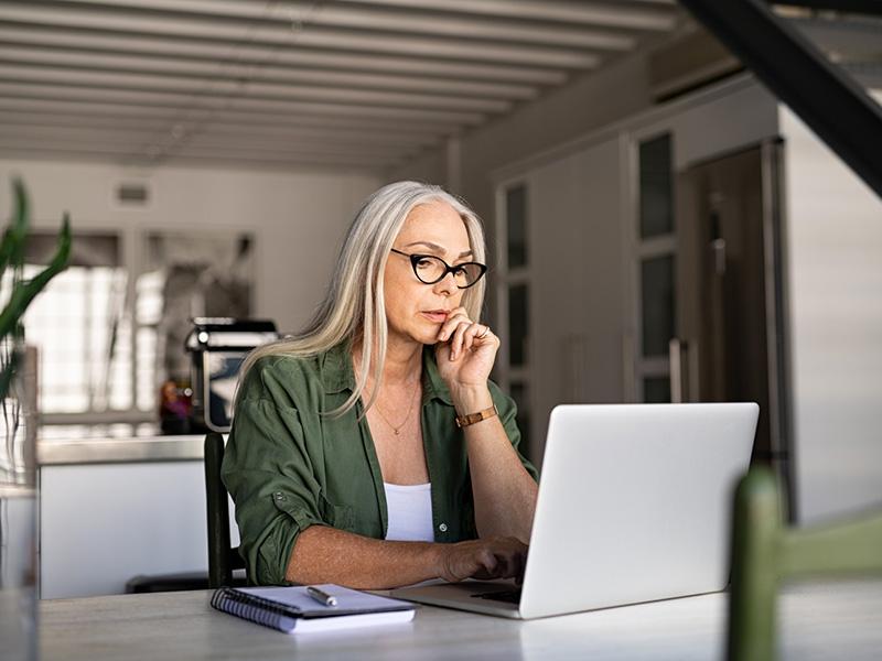Femme retraitée travaillant à l'ordinateur