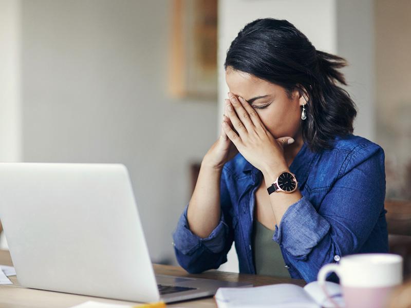 Femme stressée, devant son ordinateur portable.