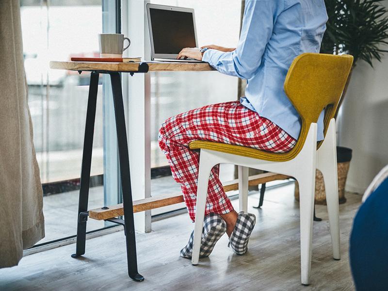 Femme en télétravail, portant un bas de pyjama