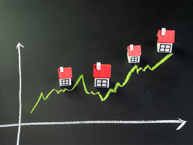 Graphique dessinée à la craie, sur un tableau, illustrant la hausse du prix de l'immobilier