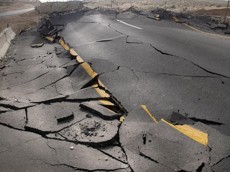 Une route détruite à cause d'un tremblement de terre.
