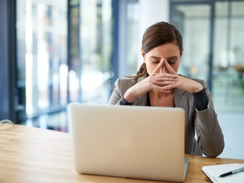 Une femme exaspérée devant son ordinateur